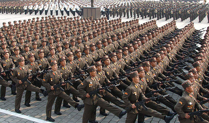 """O líder da Coreia do Norte, Kim Jong-un, pediu a seu Exército para estar """"completamente preparado"""" para a guerra em uma importante reunião do governante Partido dos Trabalhadores, informou nesta segunda-feira a agência estatal """"KCNA"""". O jovem ditador pronunciou um """"discurso histórico"""" na primeira reunião em dez meses da Comissão Militar Central do partido único, no qual afirmou que a situação de segurança é """"mais grave do que nunca"""" tanto na Coreia do Norte como no exterior, segundo a agência do regime. Kim exigiu do Exército lealdade a ele e ao Partido e """"pediu para estar completamente preparado para reagir a qualquer forma de guerra criada pelo inimigo"""", ao que se referiu como """"os imperialistas dos EUA"""". Além disso, o dirigente destacou que o Exército Popular, um dos maiores do mundo com aproximadamente 1,1 milhão de soldados, reforçou sua capacidade de combate no ano passado e o fará ainda mais em 2015 graças à """"reorganização"""" e """"simplificação"""" de sua estrutura. A """"KCNA"""" não revelou em detalhe os temas tratados na reunião da Comissão Militar Central do Partido, uma importante reunião que se acredita tenha acontecido este fim de semana e na qual o """"líder supremo"""" e altos cargos do regime poderiam ter tomado decisões importantes em política de defesa."""