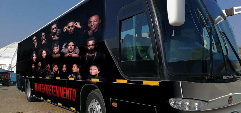 """Bang entretenimento que recentemente brindou o público com dois espectáculos marcando o """"Reencontro"""" dos os ex-integrantes daquelalabelapresentou ao público um machimbombo timbrado com uma fotografia de todos os membros."""