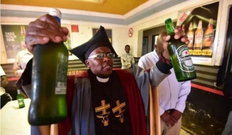 Pastor abre igreja para adorar ao álcool e ainda pode ser baptizado com álcool, no momento, a igreja só admite homens, mas espera mudar esse cenário no
