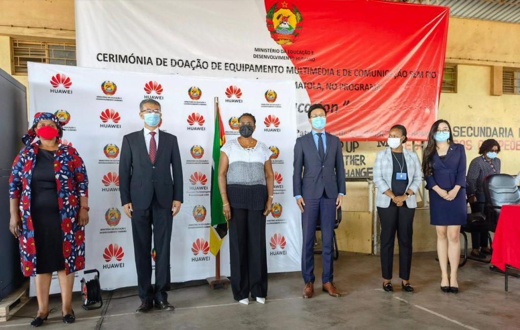 Huawei  entrega equipamento de TIC's a Escola Secundaria da Matola